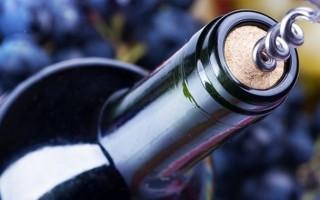 Как легко открыть вино штопором
