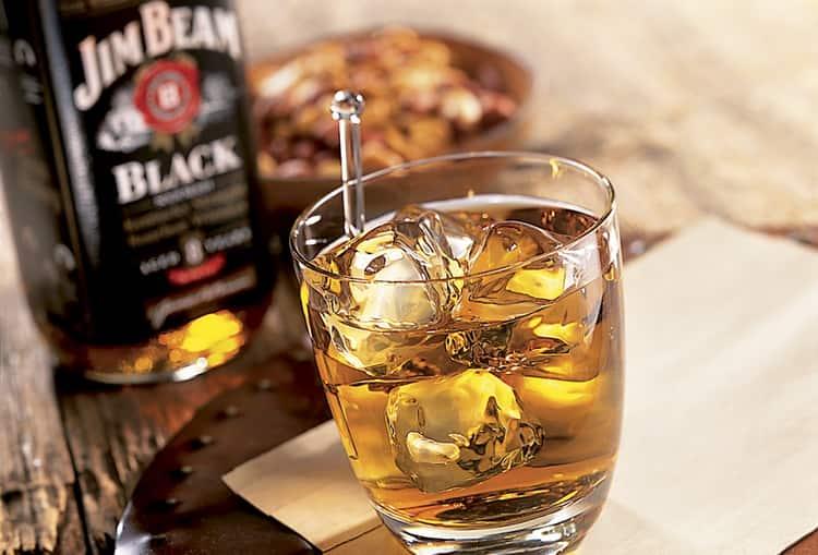 Узнайте, что это за напиток, бурбон, и чем он отличается от классического виски.