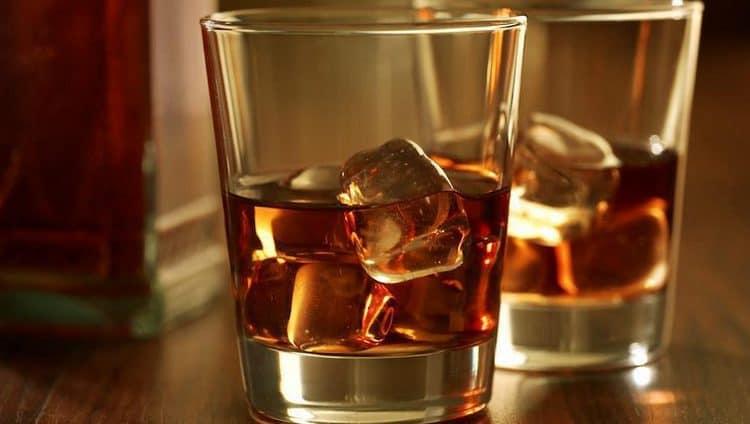 Виски из кукурузы подают в тонких стакана или бокалах с толстым дном, можно добавить пару кубиков льда.