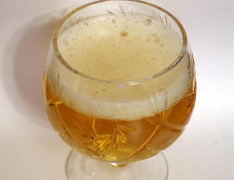 Наливать в стаканы сидр лучше всего под углом, чтобы на поверхности напитка образовалась пена.