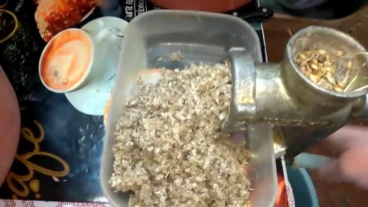 Проросший солод пропускаем через мясорубку с крупной насадкой