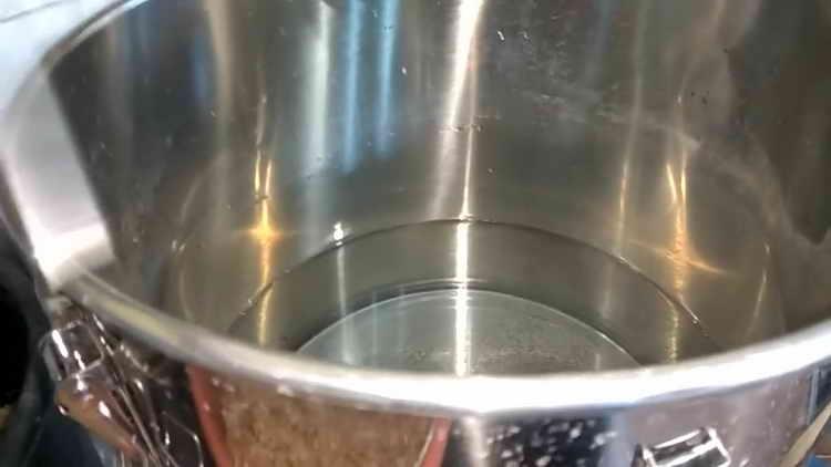 В большую кастрюлю заливаем холодную чистую воду