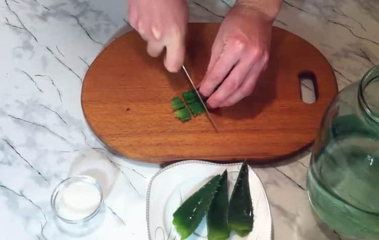 По рецепту для приготовления текилы в домашних условиях. нарежьте алоэ