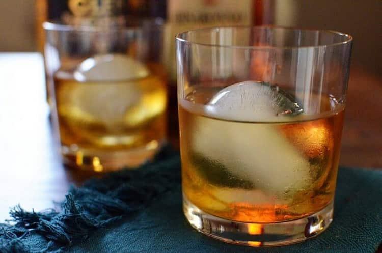 Смотрите как пить правильно ликер амаретто