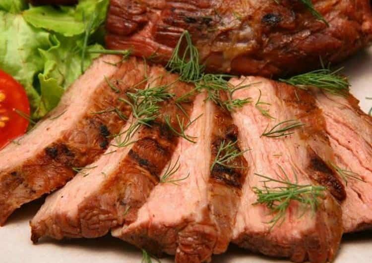 Мясо является прекрасным вариантом закуски для такого напитка.