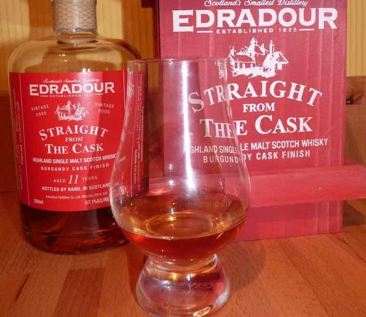Этот виски правильно подавать в стаканах с тонкими стенками, позаботиться о льде или камнях для виски.