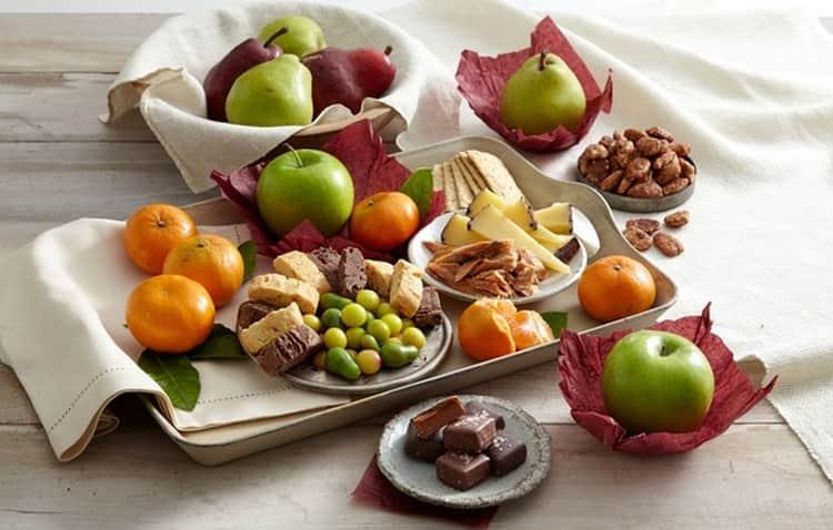 На закуску к напитку можно подать фрукты и сладости.