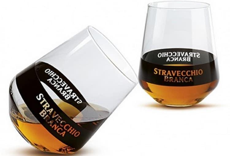 Подавать такой напиток принято в специальных бокалах снифтерах.