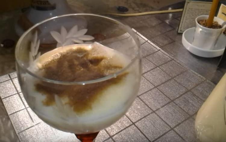 Посыпаем напиток порошковым растворимым кофе, а затем доливаем до полного бокала.