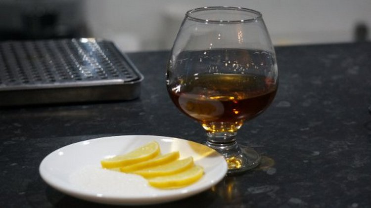 Самая простая закуска к такому виски это яблоки или лимон.
