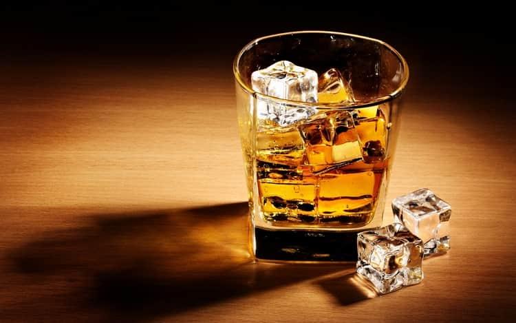 напиток можно разбавить водой или добавить кубик льда.