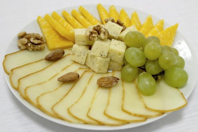 Сырная нарезка будет отменной закуской к такому элитному напитку.