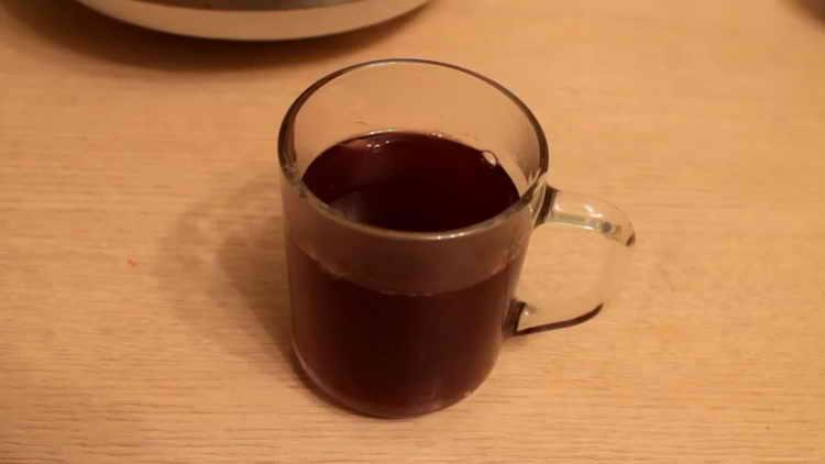 Наливаем готовый алкогольный напиток в чашку