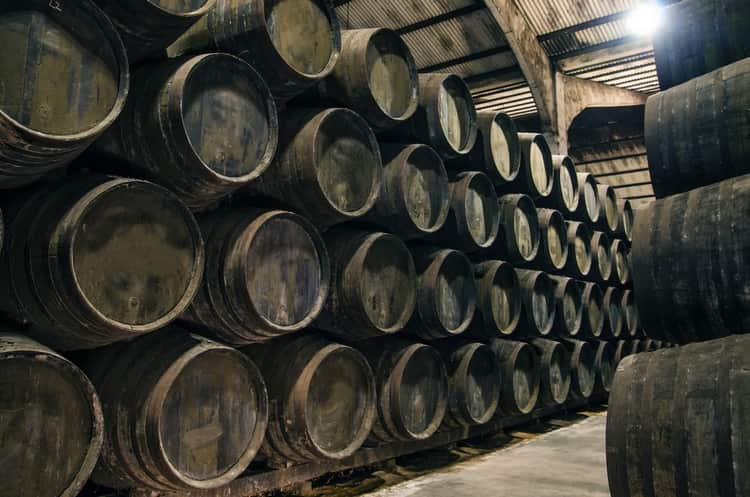 Канадский виски должен созревать в бочках не менее 3 лет.