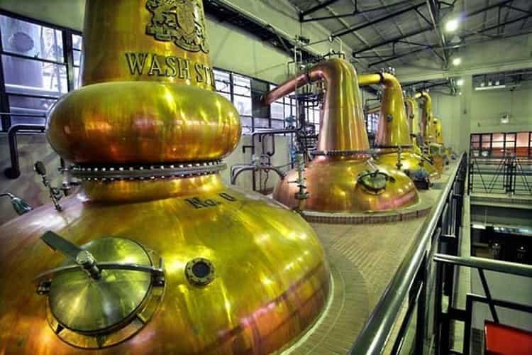 В технологии производства виски важнейшую роль играет дистилляция.