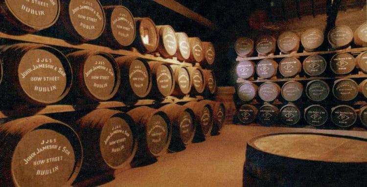 Важен не только состав виски, но и материал бочек, в которых он выдерживается.