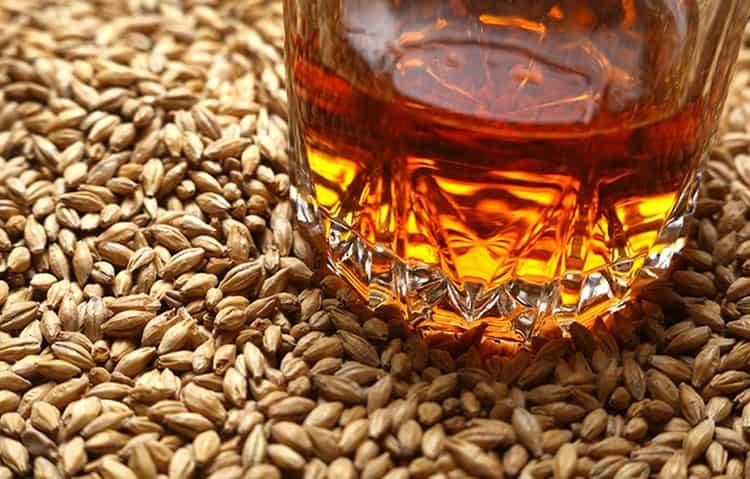То, из чего делается виски, зависит от страны-производителя.