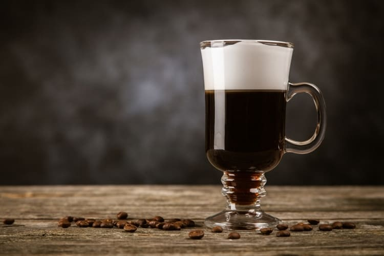 Более оригинальным получается рецепт кофе с коньяком с использованием сливок.