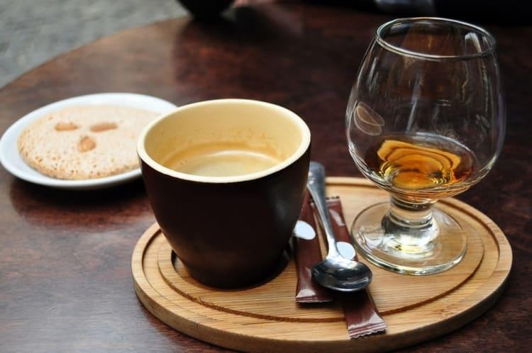 А вото еще один инетерсный вариант, как пить кофе с коньяком.