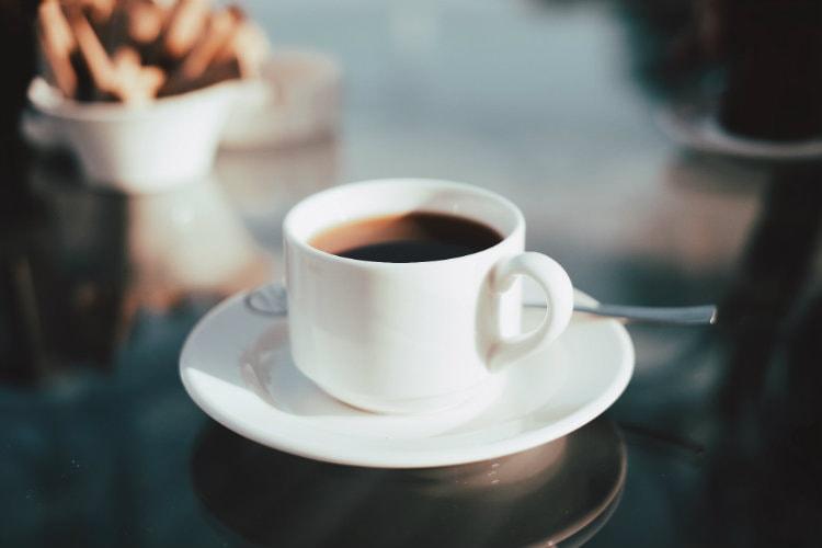 Кофе с коньяком оказывает тонизирующее действие на организм.