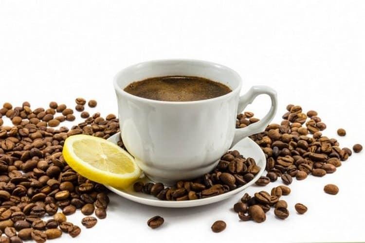 Кофе с коньяком приносит пользу, а не вред, ведь напиток прекрасно тонизирует при минимальном содержании алкоголя.