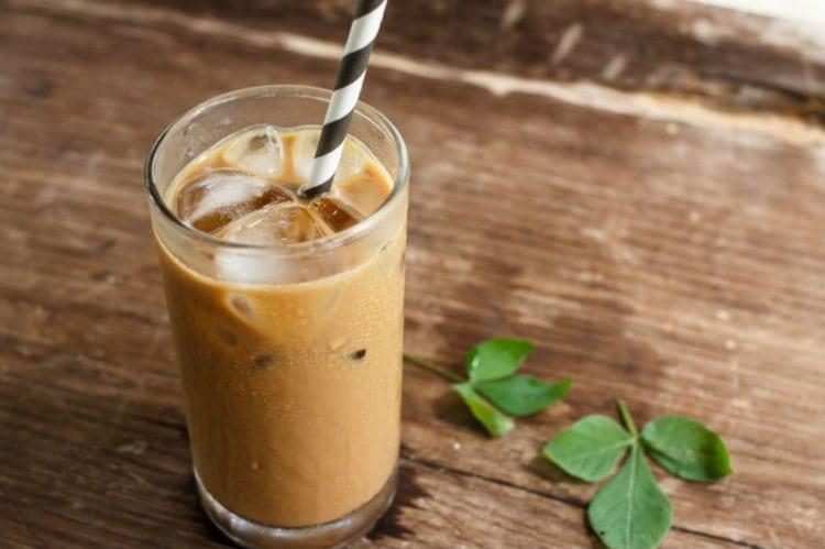 В летнюю жару можно насладиться вкусом кофейного коктейля с ликером и льдом.
