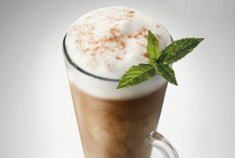Мятный ликер придаст кофе свежесть и разнообразит вкус.