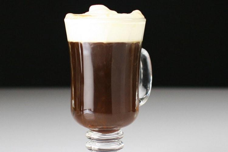 Очень вкусным получается кофе с ликером амаретто.