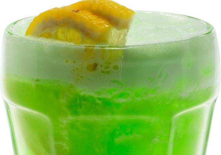 Рецепт коктейля Зеленая фея можно разнообразить добавлением белка.