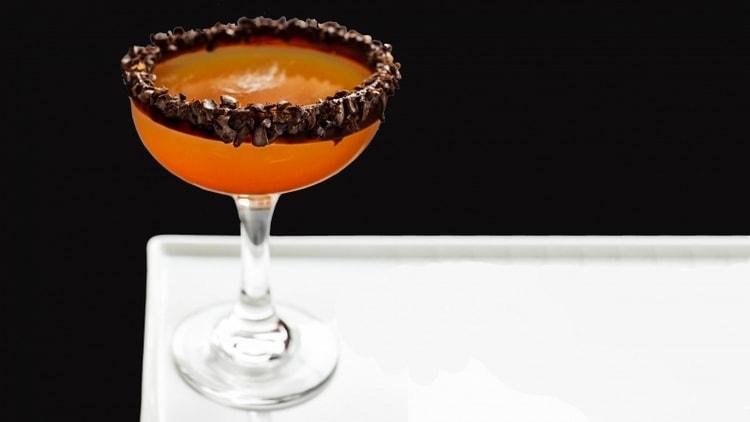Вкусным получается коктейль с амаретто и водкой.