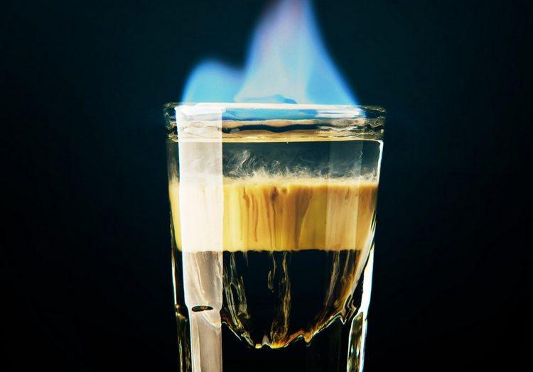А такой напиток можно сделать из амаретто с бурбоном.