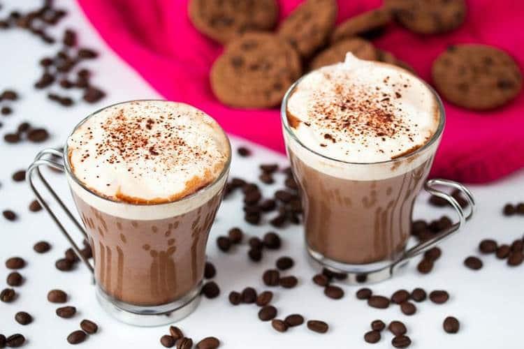 Очень вкусный коктейль с амаретто в домашних условиях можно приготовить с кофе.