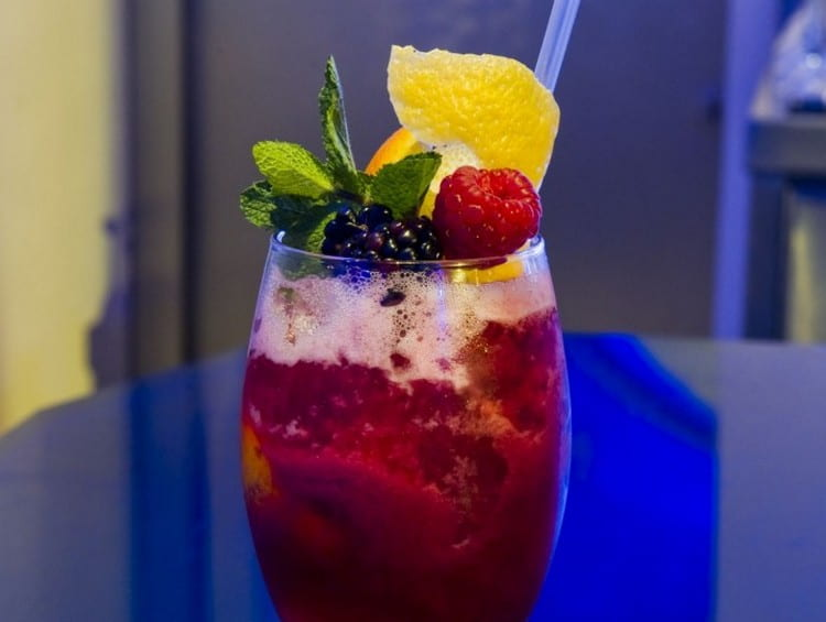 А для этого коктейля понадобятся свежие фрукты.