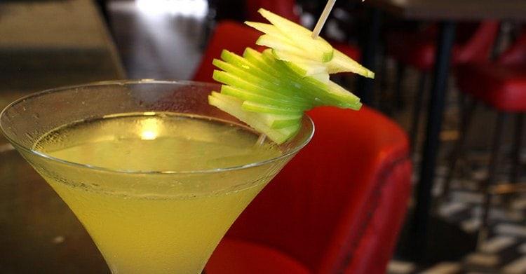 Очень вкусными получаются коктейли на основе бренди и сока цитрусовых.