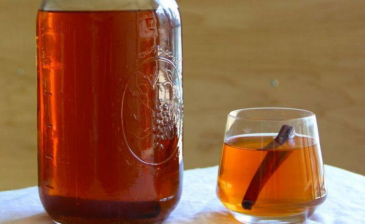 Оригинальный коктейль из бурбона можно приготовить с яблочным соком или сидром.