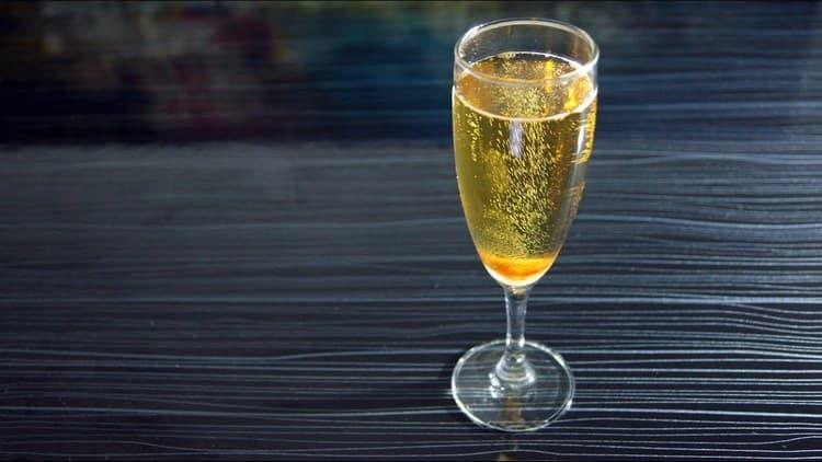 """Если не знаете, как называется коктейль, в котором соединились коньяк с шампанским, ответ весьма прост: """"День и ночь""""."""