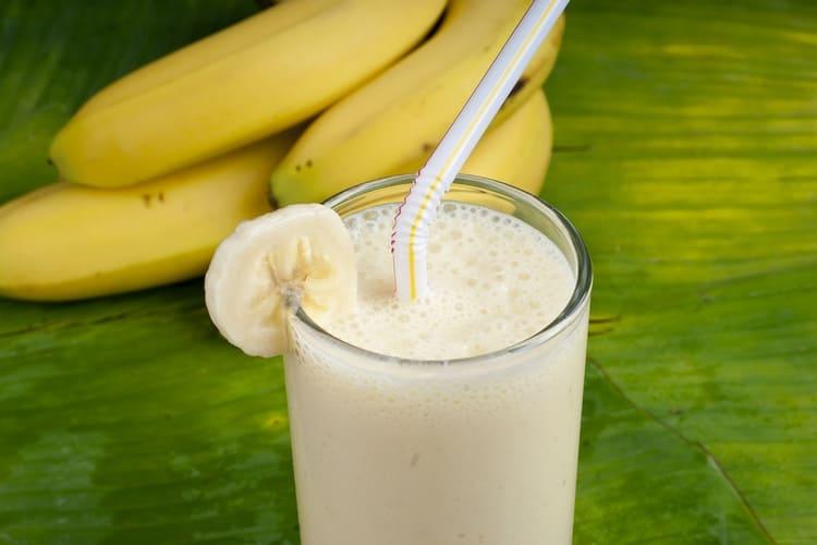 Простые и вкусные коктейли с коньяком можно приготовить с мороженым и бананом.