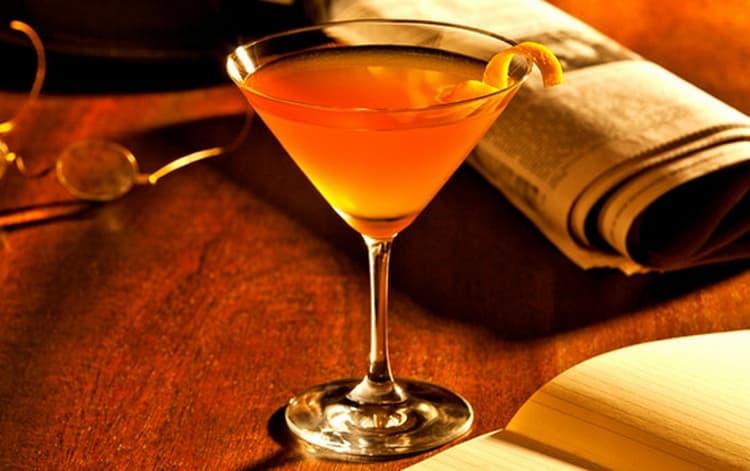 Очень оригинальным получается коктейль с куантро и апельсиновым соком.