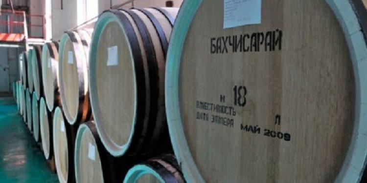 Коньяк Крымский Старый производства Бахчисарай выдерживает на заводе в специальных бочках.