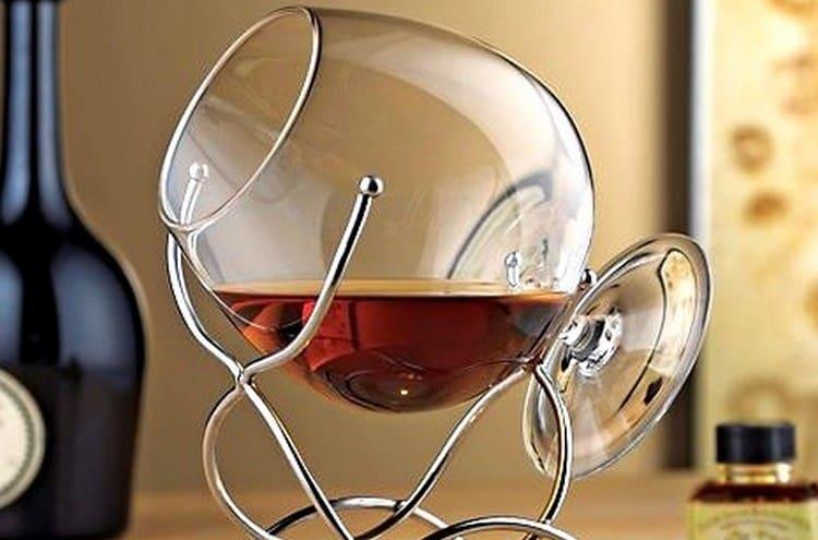 Подавать напиток лучше всего в снифтерах.
