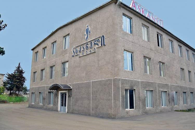 Коньяк Асканели выпускается на заводе с современным оборудованием.