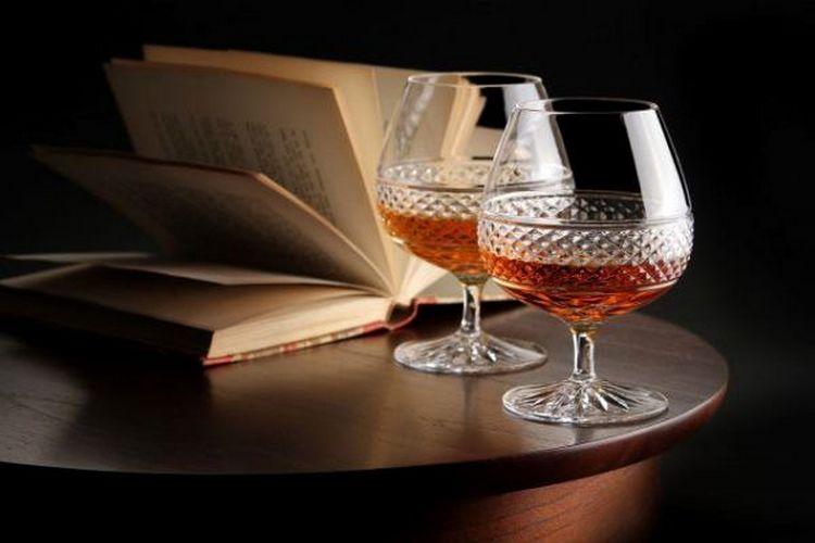Напиток лучше всего подавать в снифтерах.