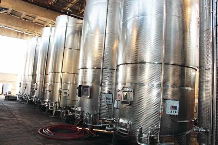 Напиток производится на заводе с современным оборудованием.
