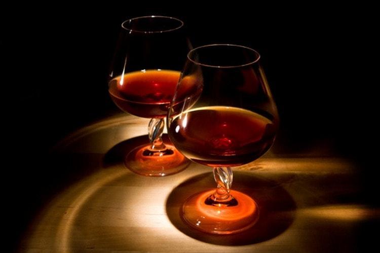 Подавать такой напиток идеально в снифтерах.