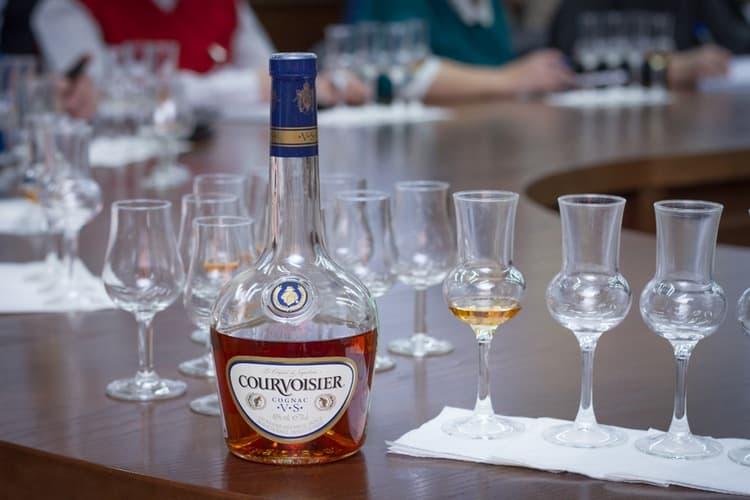 Подавать такой изысканный напиток непременно надо в специальных бокалах.