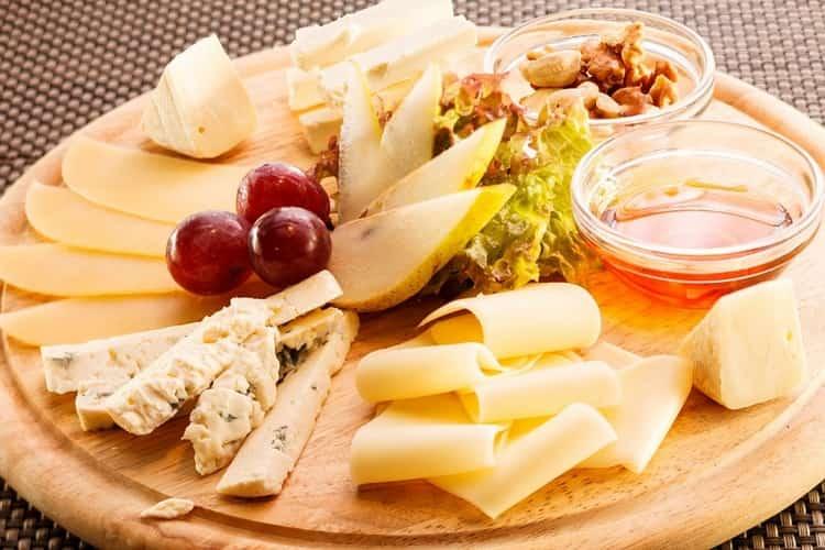 Отменной закуской к такому коньяку будет твердый сыр.