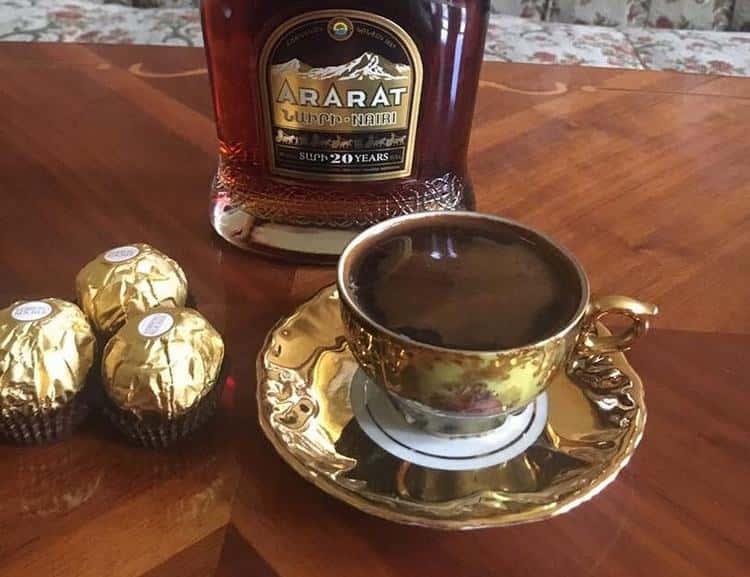 Коньяк Арарат Наири прекрасно сочетается с кофе.