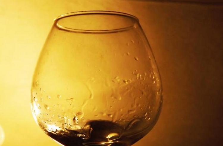 для подачи такого напитка лучше всего взять специальные бокалы снифтеры.