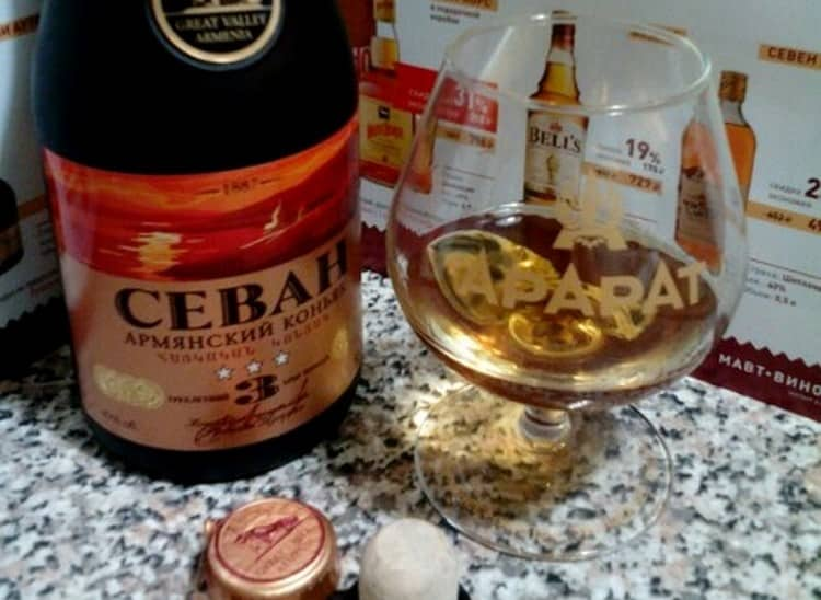 Цвет коньяка Севан зависит от возраста напитка.
