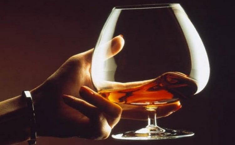Крымский коньяк Жан-Жак лучше всего подавать в специальных бокалах, соблюдая оптимальную температуру напитка.